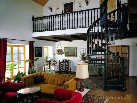 Интерьер гостиной с лестницей на второй этаж фото