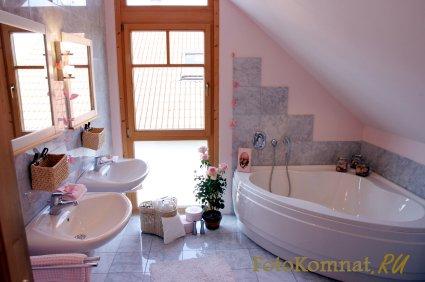 Угловая ванная в небольшом помещении